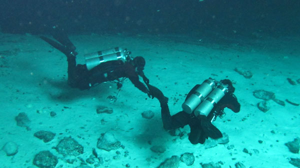 divers-in-the-cenote